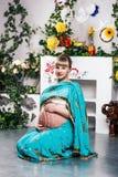 莎丽服的孕妇有无刺指甲花纹身花刺的 库存图片