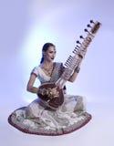 莎丽服的美丽的印地安妇女有东方首饰使用的 免版税库存照片