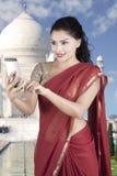 莎丽服衣裳用途智能手机的印地安妇女 库存照片