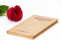 莎士比亚书和红色玫瑰 库存照片