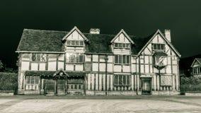 莎士比亚出生地门面在夜之前 库存照片