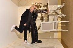 莎朗在Galia Lahav新娘时尚星期春天/夏天2017年介绍时切断并且塑造姿势 免版税库存图片