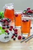 莓、草莓和蓝莓蜜饯  免版税库存图片