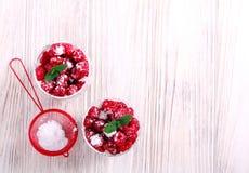 莓分层了堆积在玻璃供食的点心 库存图片