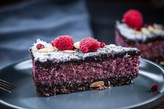 莓和chia种子蛋糕的服务的部分 免版税图库摄影