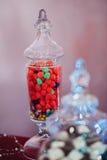 莓在一个烧瓶的果冻豆玻璃 免版税库存照片