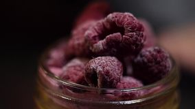 莓在桃红色大量表面得到安置在玻璃瓶子作为装饰 影视素材