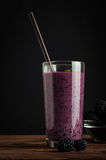 黑莓在玻璃和新莓果系列的jogurt圆滑的人 库存照片