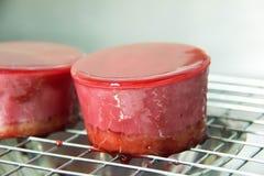 莓奶油甜点蛋糕用给上釉的莓果 库存照片