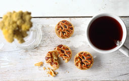 黑莓曲奇饼用在一朵白色背景和花的茶 库存图片