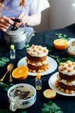 莓杯形蛋糕 用raspberr盖的一个奶油色蛋糕的特写镜头 免版税库存图片