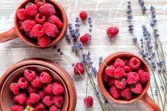 莓构成有干燥淡紫色土气背景顶视图 免版税图库摄影