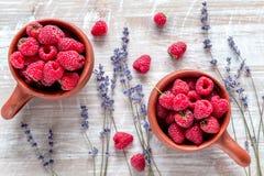 莓构成有干燥淡紫色土气背景顶视图 免版税库存照片
