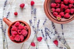 莓构成有干燥淡紫色土气背景顶视图 库存图片
