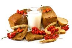 莓果、牛奶和面包在白色背景 库存照片