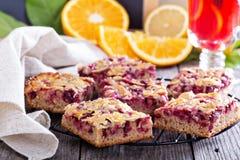莓果与焦糖杏仁顶部的蛋糕酒吧 免版税库存照片