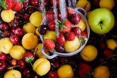 莓果和果子在自来水下 库存照片