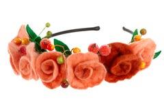 莓果和美丽的玫瑰被编织入花圈 免版税图库摄影