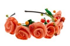 莓果和美丽的玫瑰被编织入花圈 免版税库存图片