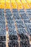 莓果和蕃茄在农夫` s市场上 图库摄影