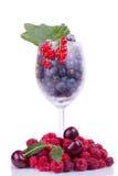 莓果品种与叶子的在玻璃 免版税库存照片