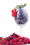 莓果品种与叶子的在玻璃 免版税库存图片