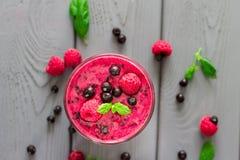 莓果圆滑的人用薄菏、蓝莓和莓,顶视图 库存照片