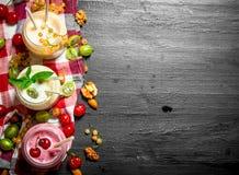 莓果圆滑的人用薄菏和坚果 图库摄影