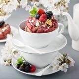 莓果在一个白色杯子的脆饼油炸圈饼 库存照片