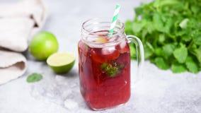 莓果在玻璃杯子的冰茶 股票录像