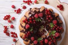 莓果松糕用在板材特写镜头的巧克力 水平 库存图片