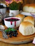 莓果果酱和小圆面包 图库摄影
