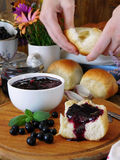 莓果果酱和小圆面包 库存图片