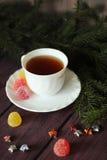 莓果果冻,在黑暗的木背景的茶 免版税库存图片