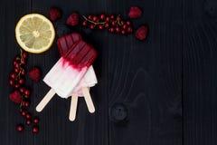 莓果椰子饯流行-冰棍儿-在老土气木背景 顶视图 库存照片