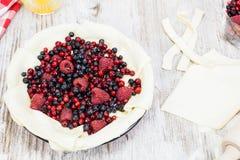 莓果饼。烘烤的莓果饼的准备  免版税库存图片