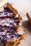 莓果饼分层堆积用乳蛋糕 免版税库存图片