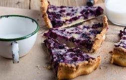 莓果饼分层堆积用乳蛋糕 免版税库存照片