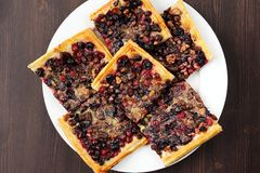 莓果饼用油酥点心在正方形片断顶视图切开了 库存图片