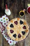 莓果饼用草莓和蓝莓 免版税库存照片