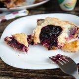 莓果饼用草莓和蓝莓 库存照片