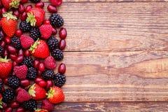 莓果,在木桌上的夏天果子 概念健康生活方式 免版税图库摄影