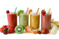 莓果,香蕉四名不同圆滑的人用蜜桔,猕猴桃,草莓 免版税库存图片