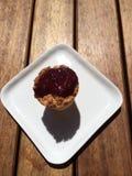 莓椰子杯形蛋糕顶视图  免版税库存图片