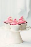 莓波纹杯形蛋糕 免版税库存图片