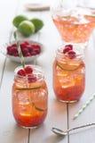 莓石灰冰了在金属螺盖玻璃瓶的茶 图库摄影