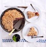 黑莓碎屑顶部蛋糕 免版税库存照片