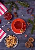 莓茶、山莓果酱和自创曲奇饼在黑暗的背景 顶视图 库存照片