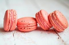莓蛋白杏仁饼干用在木桌上的莓果 库存照片