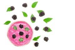 黑莓酸奶或圆滑的人与在白色背景隔绝的薄荷叶与拷贝空间您的文本的 顶视图 库存图片